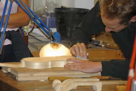 Meister Grieshofer beim Bau einer Geige