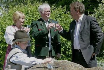 Landesrat Rudi Anschober mit Familie Sams (Werner Sams ist OÖ WASSER AR-Vorsitzender und Obmann der Wassergenossenschaft Untersee-Au im Salzkammergut)